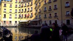 威尼斯,意大利- 14 03 2019年:有游人的长平底船威尼斯狭窄的运河的  股票视频