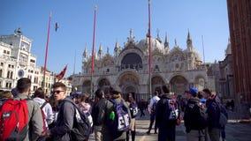 威尼斯,意大利- 14 03 2019年:走在圣马尔谷教堂正方形的人人群  影视素材