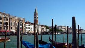 威尼斯,意大利- 16 08 2018年:长平底船和公共汽车在威尼斯,意大利` s大运河 影视素材