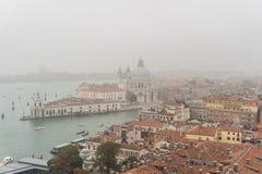 威尼斯,意大利- 2017年10月:圣马可广场和钟楼鸟瞰图在威尼斯,其中一个在它的最著名的地标 库存图片