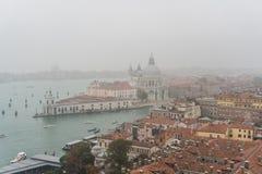 威尼斯,意大利- 2017年10月:圣马可广场和钟楼鸟瞰图在威尼斯,其中一个在它的最著名的地标 库存照片
