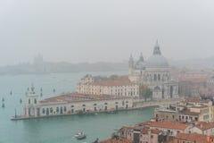 威尼斯,意大利- 2017年10月:圣马可广场和钟楼鸟瞰图在威尼斯,其中一个在它的最著名的地标 图库摄影