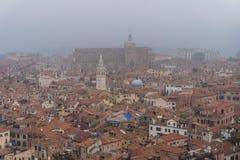 威尼斯,意大利- 2017年10月:圣马可广场和钟楼鸟瞰图在威尼斯,其中一个在它的最著名的地标 免版税库存照片
