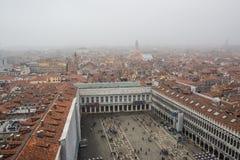 威尼斯,意大利- 2017年10月:著名圣Marco广场鸟瞰图有许多人民的威尼斯,意大利 威尼斯广场fr顶视图  免版税图库摄影
