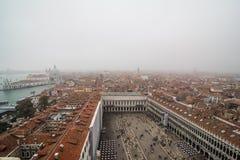 威尼斯,意大利- 2017年10月:著名圣Marco广场鸟瞰图有许多人民的威尼斯,意大利 威尼斯广场fr顶视图  库存图片