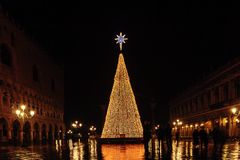 威尼斯,意大利- 2018年1月06日, :在圣平方的Marco的圣诞树 免版税库存照片