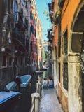 威尼斯,意大利- 2017年7月14日, :威尼斯都市风景、狭窄的水运河、桥梁和传统建筑 意大利 免版税库存图片