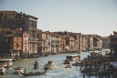 威尼斯,意大利- 2017年7月14日, :水出租汽车和长平底船沿大运河航行 大运河是一个主要水 库存图片