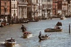 威尼斯,意大利- 2017年7月14日, :水出租汽车和长平底船沿大运河航行 大运河是一个主要水 免版税库存图片