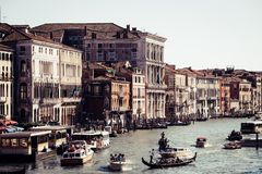 威尼斯,意大利- 2017年7月14日, :水出租汽车和长平底船沿大运河航行 大运河是一个主要水 免版税库存照片