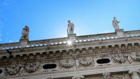 威尼斯,意大利- 2018年7月7日:一个老房子,威尼斯古老建筑学的美丽的白色墙壁反对蓝色的 影视素材