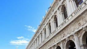 威尼斯,意大利- 2018年7月7日:一个老房子,威尼斯古老建筑学的美丽的白色墙壁反对蓝色的 股票视频