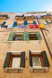 威尼斯,意大利- 2017年8月14日:一栋多层的居民住房的窗口与晒衣绳的系住 免版税库存照片