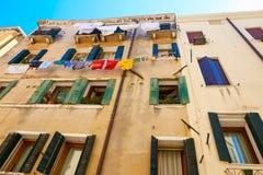 威尼斯,意大利- 2017年8月14日:一栋多层的居民住房的窗口与晒衣绳的系住 库存图片