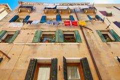 威尼斯,意大利- 2017年8月14日:一栋多层的居民住房的窗口与晒衣绳的系住 图库摄影