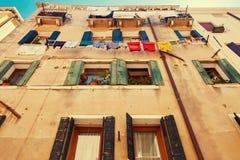威尼斯,意大利- 2017年8月14日:一栋多层的居民住房的窗口与晒衣绳的系住 免版税图库摄影