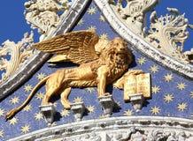 威尼斯,意大利- 2016年7月14日:与翼的大金黄狮子在 库存图片