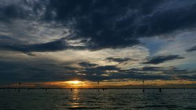 威尼斯,意大利- 2018年7月7日:从海的看法 在水表面的日落,在威尼斯附近海岛  Burano 股票录像