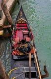 威尼斯,意大利- 2017年10月13日:从顶视图的长平底船 长平底船用红地毯和金子富有地装饰 库存图片
