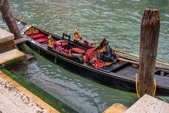 威尼斯,意大利- 2017年10月13日:从顶视图的长平底船 长平底船用红地毯和金子富有地装饰 免版税库存照片