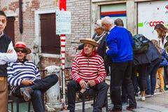 威尼斯,意大利- 2017年9月22日:传统服装的两名平底船的船夫在休息期间的桥梁 库存照片