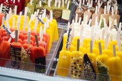 威尼斯,意大利- 2017年10月6日:冰棍儿冰流行音乐在商店窗口里,分类 免版税库存照片