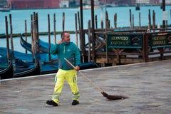 威尼斯,意大利- 2017年10月8日:制服的管理员在圣Marco广场 免版税库存照片
