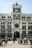 威尼斯,意大利- 2010年6月21日:圣马克` s正方形广场的圣马尔科黄道带天文学尖沙咀钟楼Torre小山谷Orologio在威尼斯 免版税库存图片