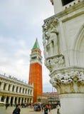 威尼斯,意大利- 2017年5月04日:圣马克` s大教堂钟楼在威尼斯 免版税库存照片
