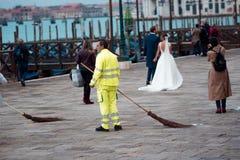 威尼斯,意大利- 2017年10月8日:圣Marco广场的很多人民,制服的管理员 免版税库存照片
