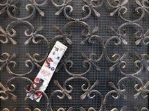 威尼斯,意大利- 2017年8月14日:在公寓的加工铁格子的后新邮件 免版税库存图片