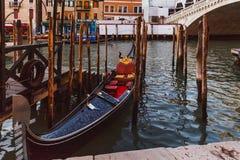 威尼斯,意大利- 2016年10月27日:在大运河的长平底船在威尼斯 在背景的威尼斯大石桥桥梁在威尼斯,意大利 库存照片