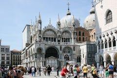 威尼斯,意大利- 2010年6月21日:在威尼斯,意大利顶房顶大教堂圣Marco圣马克` s大教堂建筑学细节  免版税库存照片