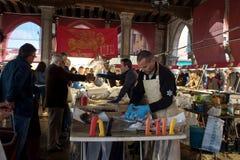 威尼斯,意大利- 2017年10月7日:在市场上的屠户 鱼市在威尼斯意大利 库存图片