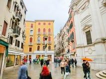 威尼斯,意大利- 2017年5月04日:在街道上的人们在威尼斯,意大利 免版税库存图片