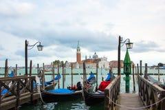 威尼斯,意大利- 2017年9月07日:在运河的长平底船重创与圣乔治Maggiore教会在背景中, 免版税库存照片