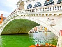 威尼斯,意大利- 2017年5月04日:大运河和Rialto桥梁,威尼斯,意大利 库存照片