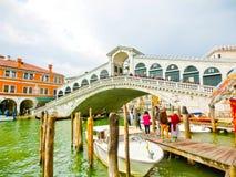 威尼斯,意大利- 2017年5月04日:大运河和Rialto桥梁,威尼斯,意大利 图库摄影