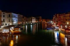 威尼斯,意大利- 2019年3月27日:大运河的美好的夜视图从威尼斯大石桥桥梁的在有夜星的威尼斯 免版税库存图片