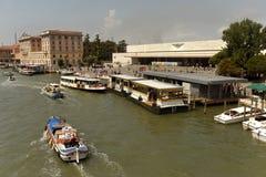 威尼斯,意大利- 2017年6月08日:威尼斯式水公共汽车或vaporetto n 库存图片