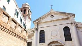 威尼斯,意大利- 2018年7月7日:威尼斯美好的古老建筑学,反对蓝天的古老教会,在a 股票录像