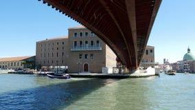 威尼斯,意大利- 2018年7月7日:威尼斯,大运河看法,在桥梁小船下,长平底船在一个热的夏天航行, 股票视频