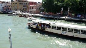 威尼斯,意大利- 2018年7月7日:威尼斯,大运河, vapareto看法在水,小船,长平底船在a漂浮航行, 股票视频