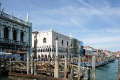 威尼斯,意大利- 2010年6月21日:威尼斯-大运河水最美丽的运河的看法街道小船长平底船豪宅alo 库存照片