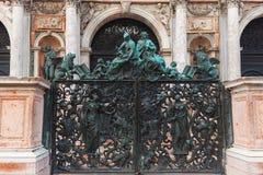 威尼斯,意大利- 2017年10月06日:对圣马尔谷教堂钟楼的闭合的入口门 库存照片