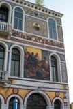 威尼斯,意大利- 2018年5月07日:对Palazzo Da从大运河的木拉Morosini的看法 一个大厦的片段与马赛克的 免版税库存图片