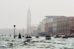 威尼斯,意大利- 2017年10月6日:小船在威尼斯式盐水湖,建筑学在背景中 免版税库存图片