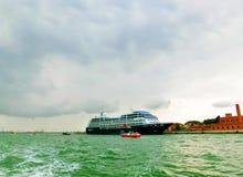 威尼斯,意大利- 2017年5月04日:巡航划线员Azamara靠了码头在口岸威尼斯 图库摄影