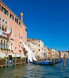 威尼斯,意大利- 2017年8月14日:巨型手从支持大厦的大运河的水 这强有力的报告 免版税图库摄影