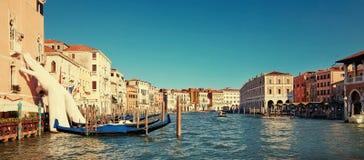 威尼斯,意大利- 2017年8月14日:巨型手从支持大厦的大运河的水 这强有力的报告 免版税库存照片